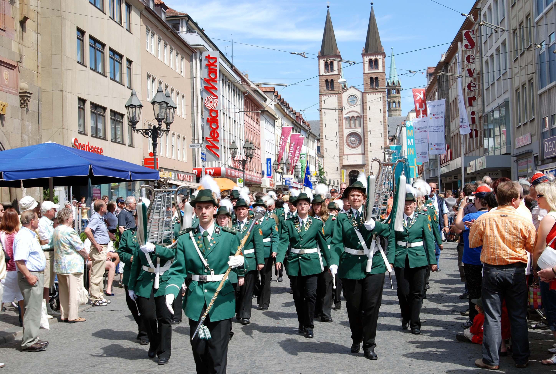 Der Stammzug beim Festumzug des Deutschen Musikfestes durch die Innenstadt von Würzburg